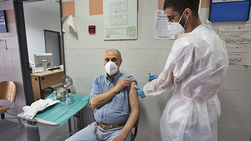 El Consell hará un seguimiento de los pacientes vacunados durante un mes para detectar efectos adversos
