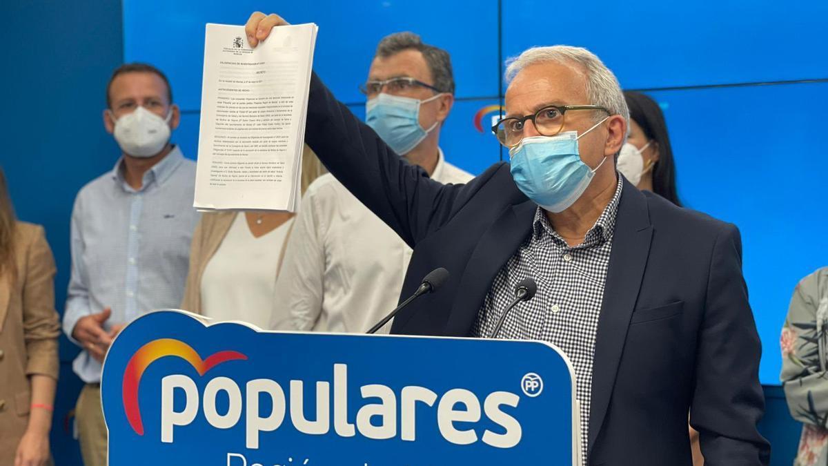 Coello, junto Ballesta y el resto de concejales de Murcia, muestra la resolución de la Fiscalía