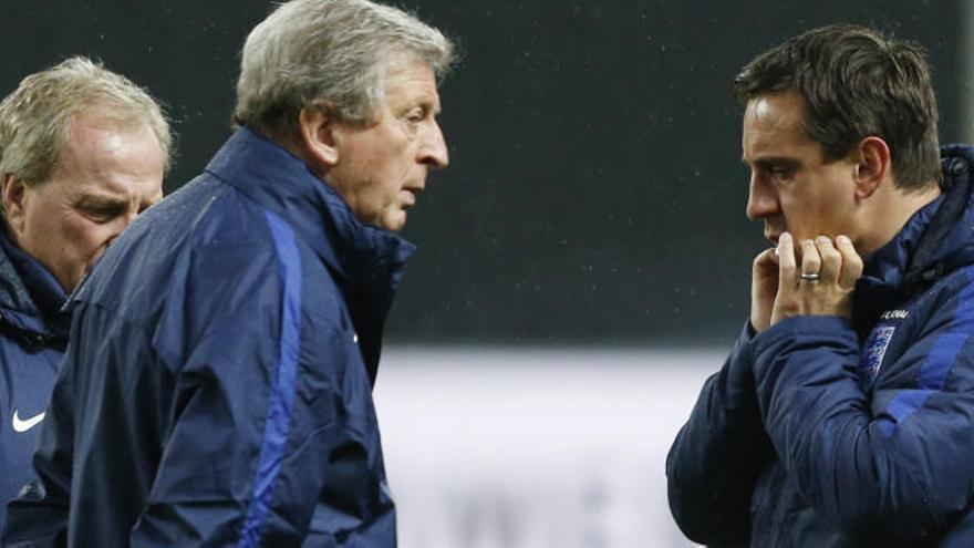 Neville 'se mofa' de la caída de la Superliga