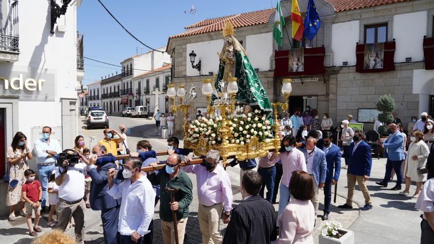 La Virgen de Luna procesiona en la fiesta de regla de la cofradía de Villanueva de Córdoba
