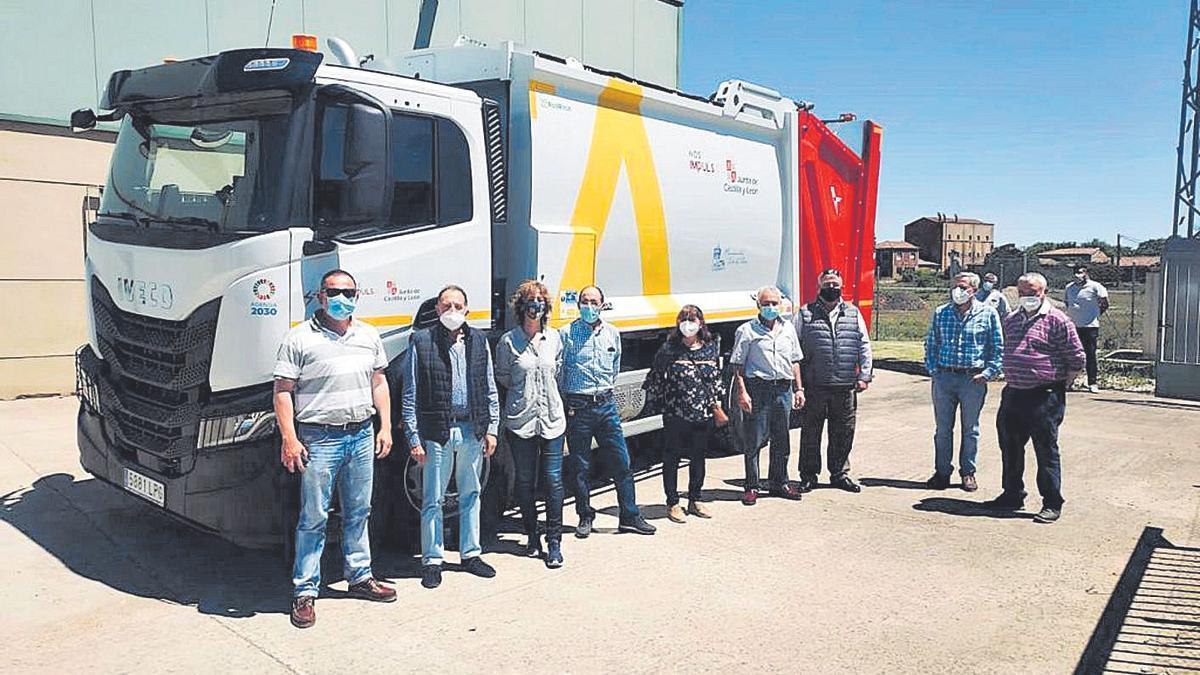 """Directiva de la mancomunidad """"Tierra de Tábara"""" junto al camión que recoge la basura."""