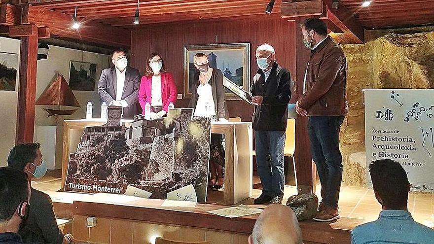 Especialistas, estudiantes y vecinos se interesan por la arqueología de Monterrei