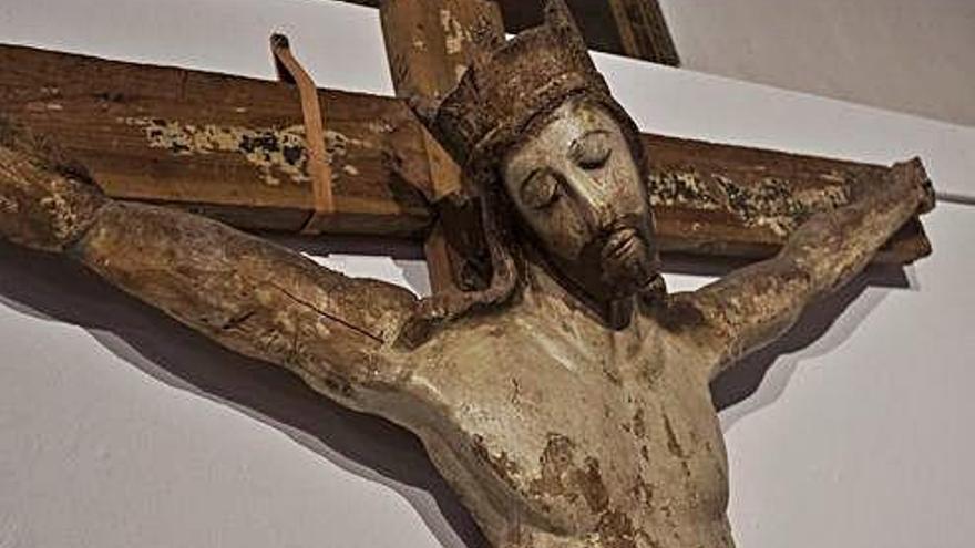 Cristo de Villaseco, con corona como los románicos.