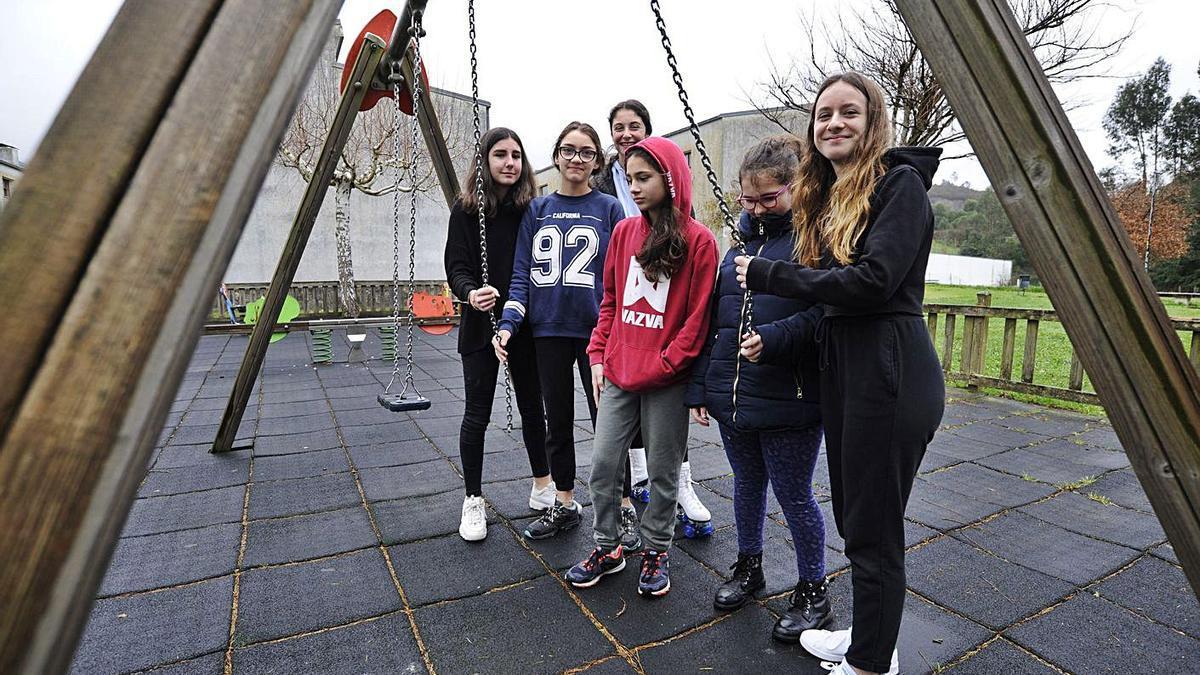 Varias jóvenes, junto a un columpio roto en Fontao, en febrero del año pasado. |   // BERNABÉ/JAVIER LALÍN
