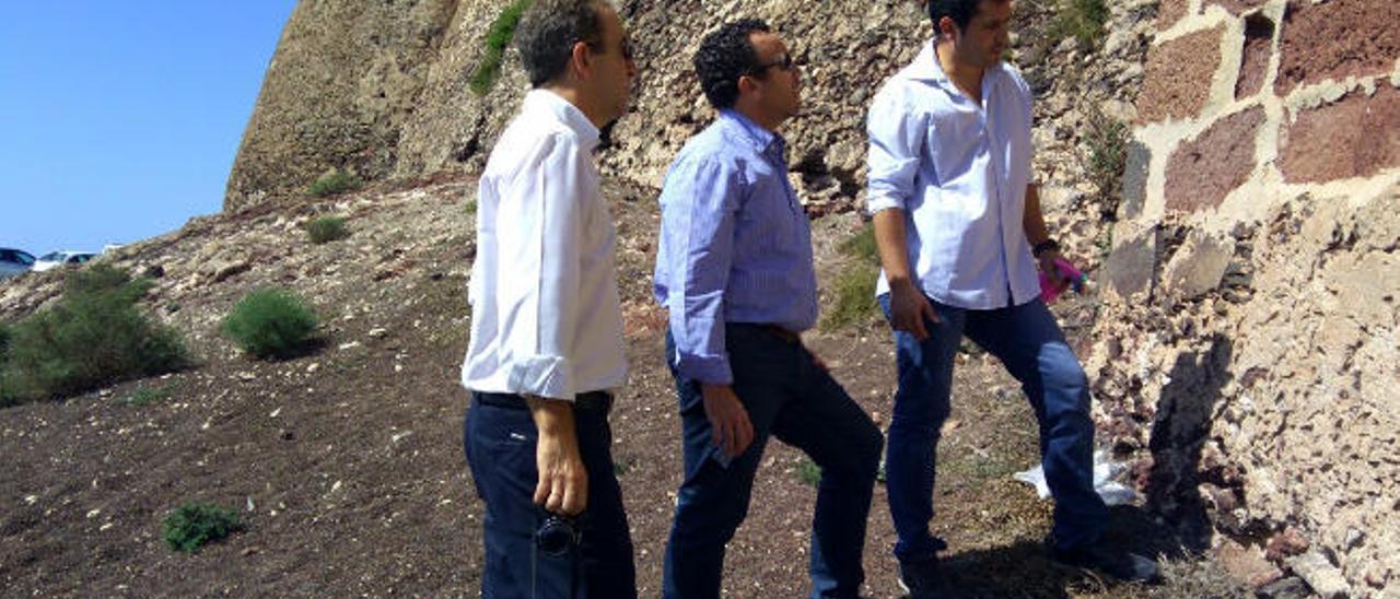 Juan de Dios de la Hoz (izquierda) junto a dos de sus colaboradores durante la visita al castillo de Santa Bárbara.