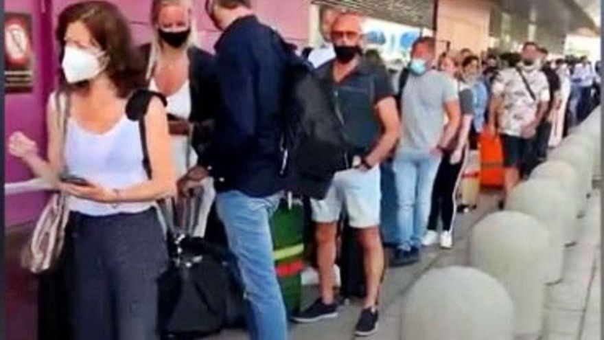 La cola para facturar en Ibiza sale de la terminal de es Codolar