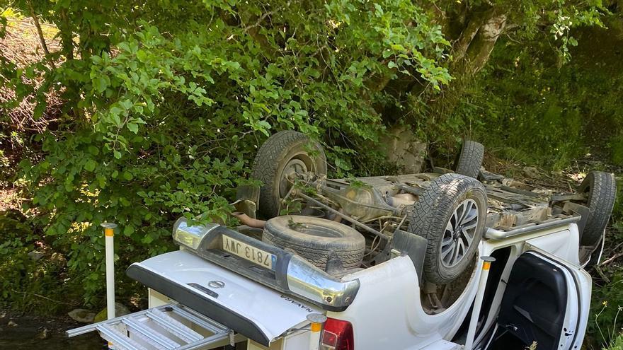 Aparatoso accidente en el puerto de Vegarada (Aller): vuelca una autocaravana y cae por un terraplén