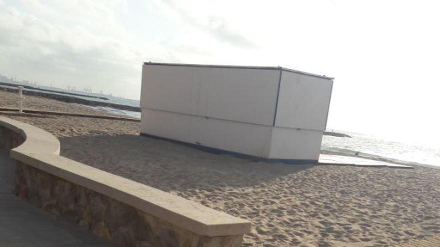 Residentes de la playa de Puçol critican el permiso a un chiringuito junto al acceso