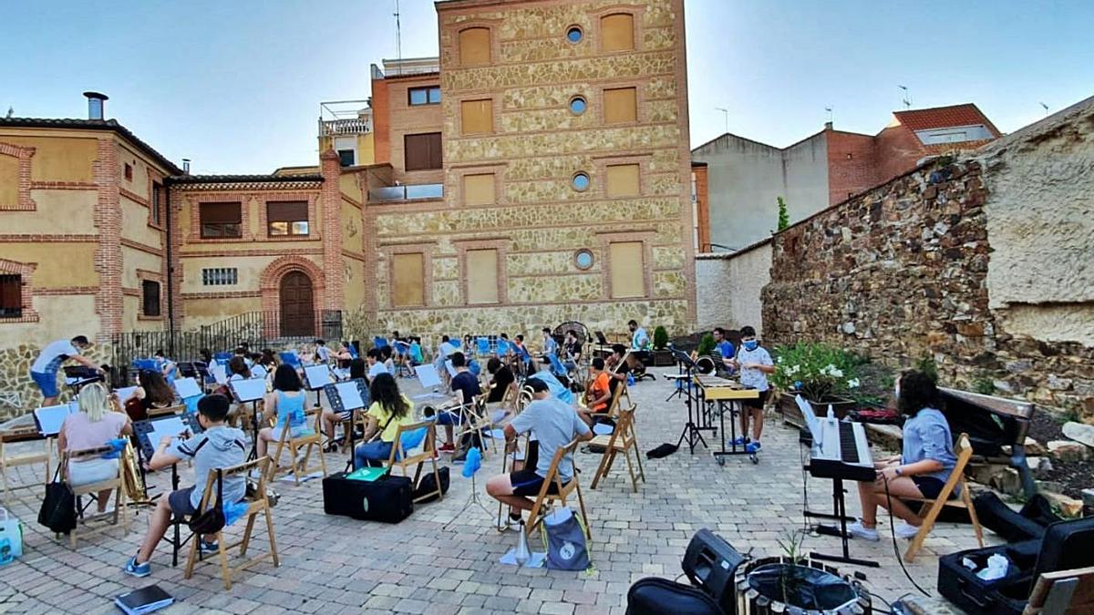 La banda Maestro Lupi ensaya en el patio de los ábsides de San Juan.   C.G.R.