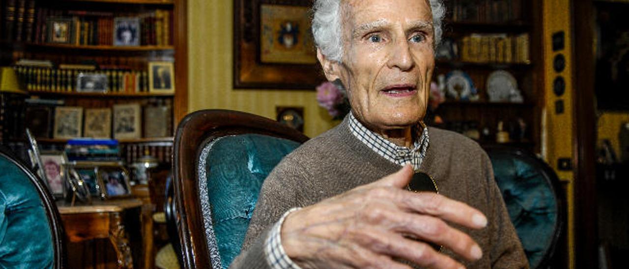 El doctor José Díaz-Saavedra, en su domicilio de Vegueta.