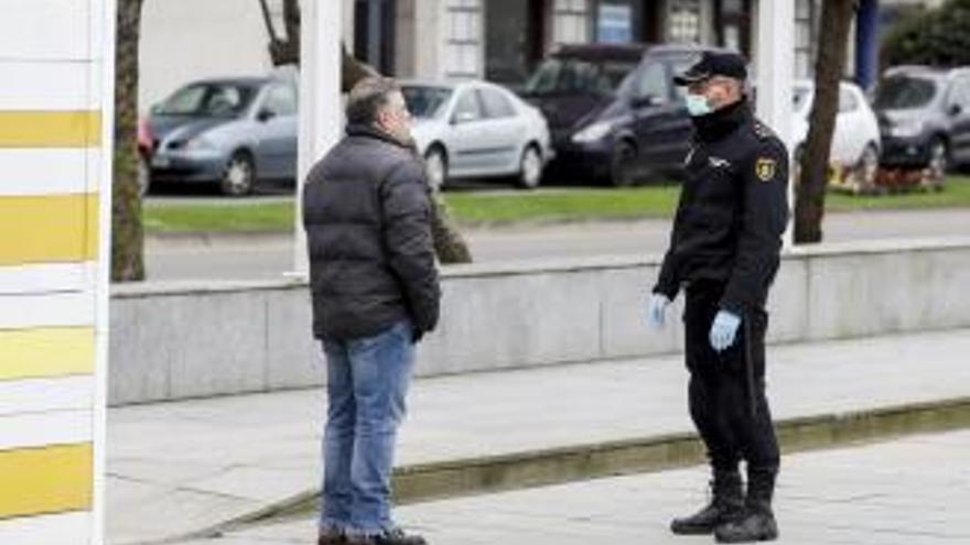 Un gijonés, detenido por toser a los policías que le pararon en la calle