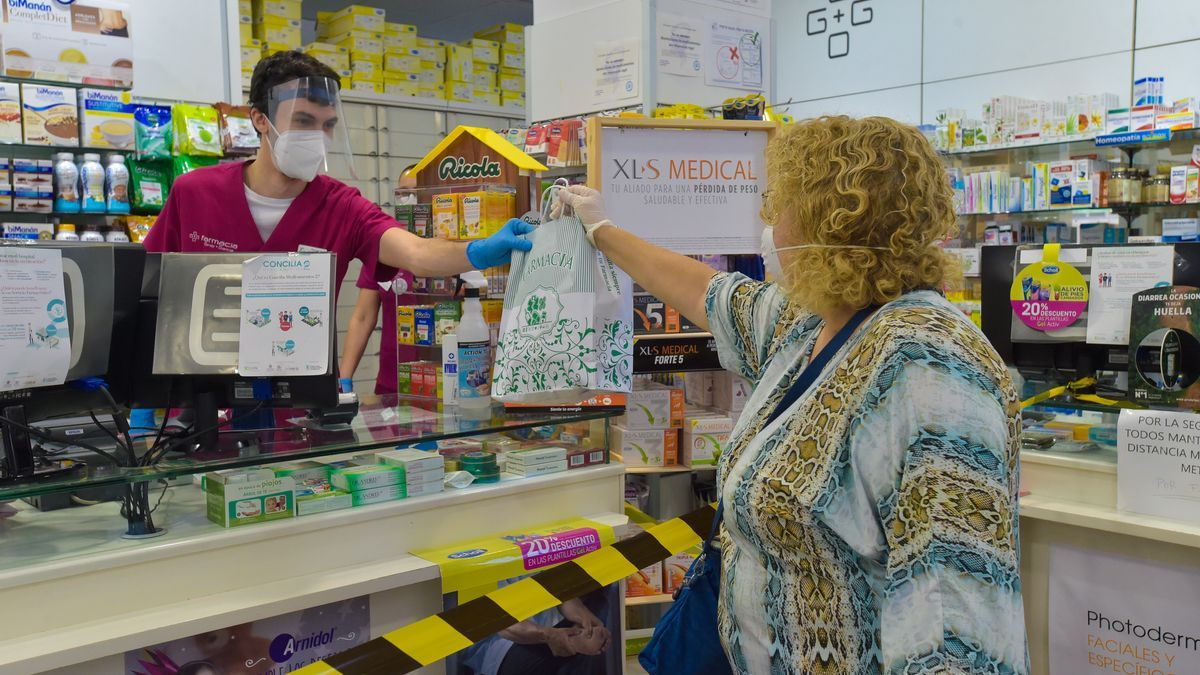 A client buys at a pharmacy in the capital of Gran Canaria.