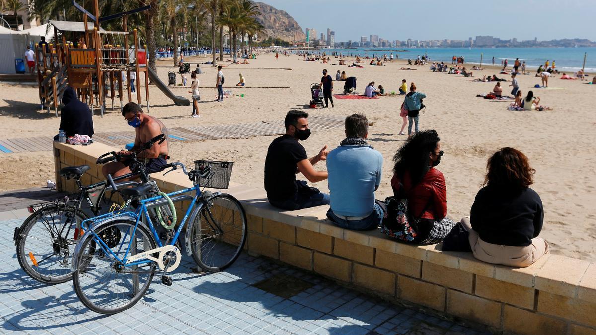 Sanidad propone la mascarilla en la playa solo para pasear y si no hay distancia