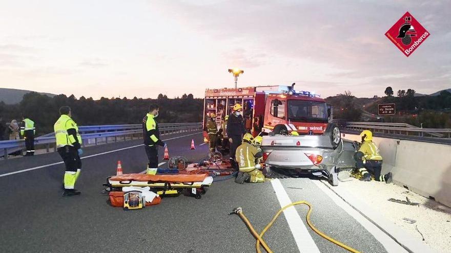 Un coche vuelca tras un accidente en la A-7 en Muro de Alcoy