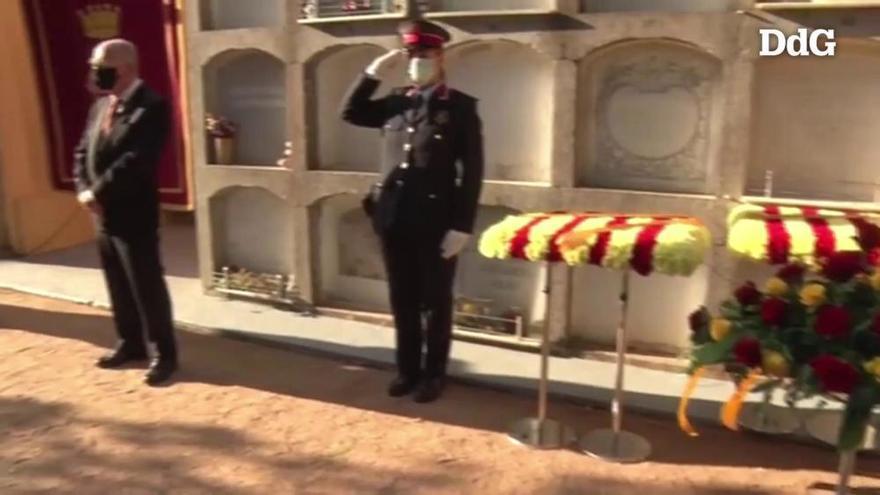 L'ofrena floral a la tomba del president Irla recorda les víctimes de la pandèmia