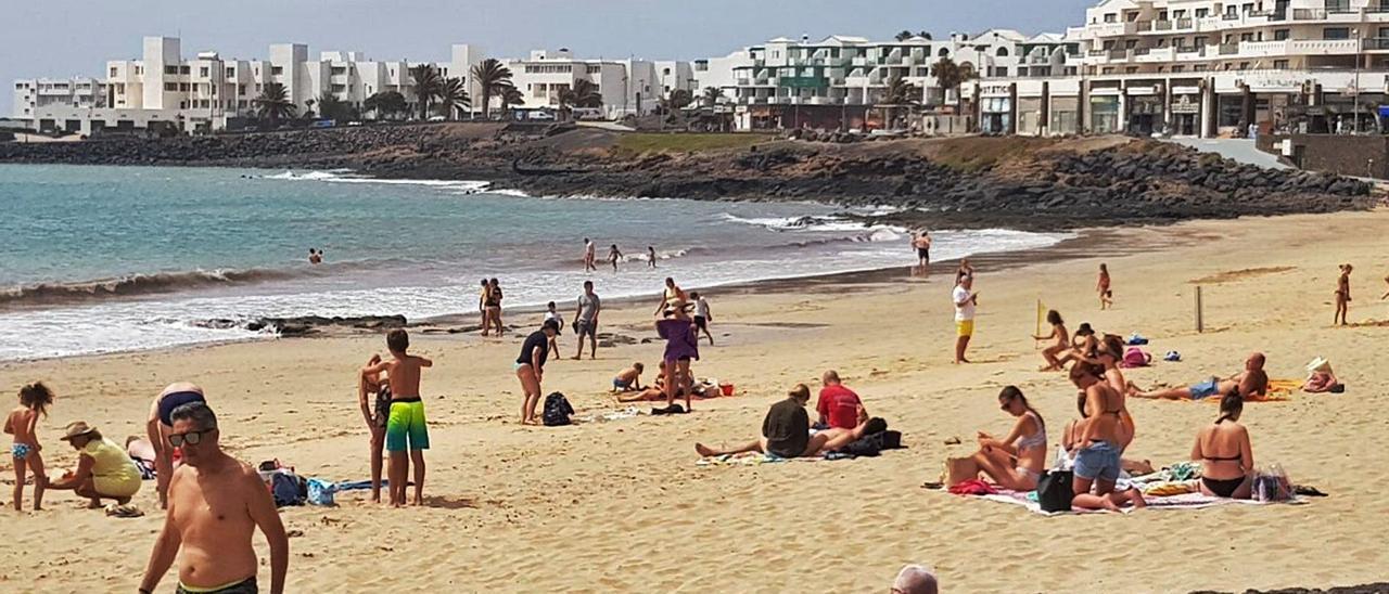 Bañistas en la playa de Las Cucharas, en Costa Teguise, el pasado jueves.