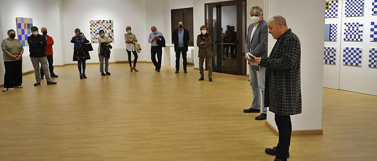 El artista y el edil de Cultura durante la presentación de la muestra. | DANIEL TORTAJADA