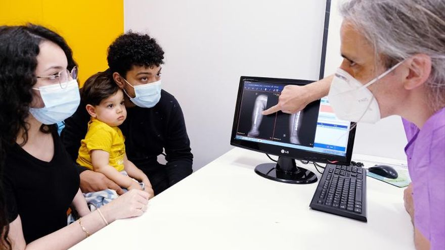 Un bebé que nació con una malformación rara en la tibia salva la pierna gracias a un autotransplante