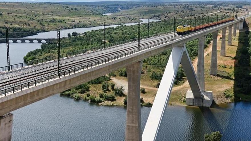 Adif realiza pruebas de carga en los puentes del AVE sobre el Esla y el Tera