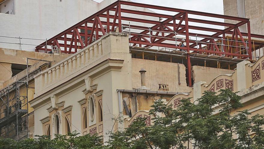 Urbanismo paraliza las obras en el ático de la antigua sede de Telefónica en Alicante