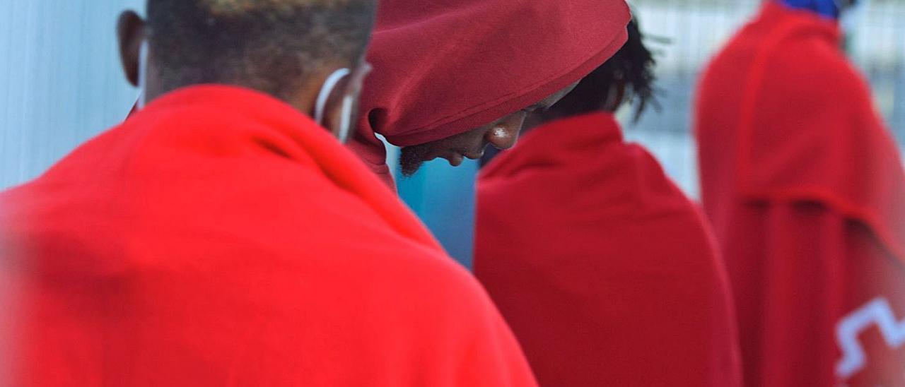 SalvamentoMarítimo rescata a 52 inmigrantes en una neumática al sur de Fuerteventura.     EFE / CARLOS DE SAÁ