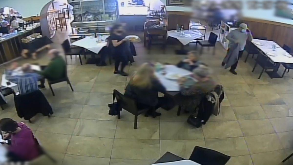 El detenido -con gorra- tras cometer el supuesto hurto en un restaurante de Novelda.