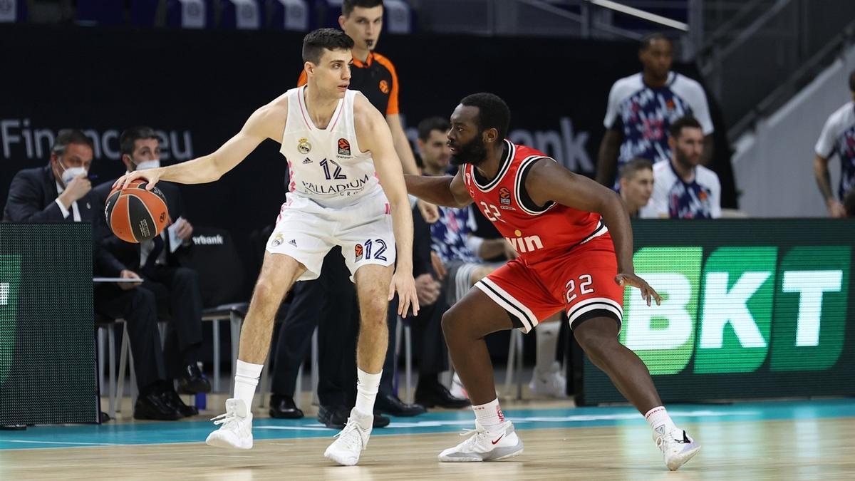 Jenkins defiende a Alocén en el Real Madrid-Olympiakos jugado hace una semana.