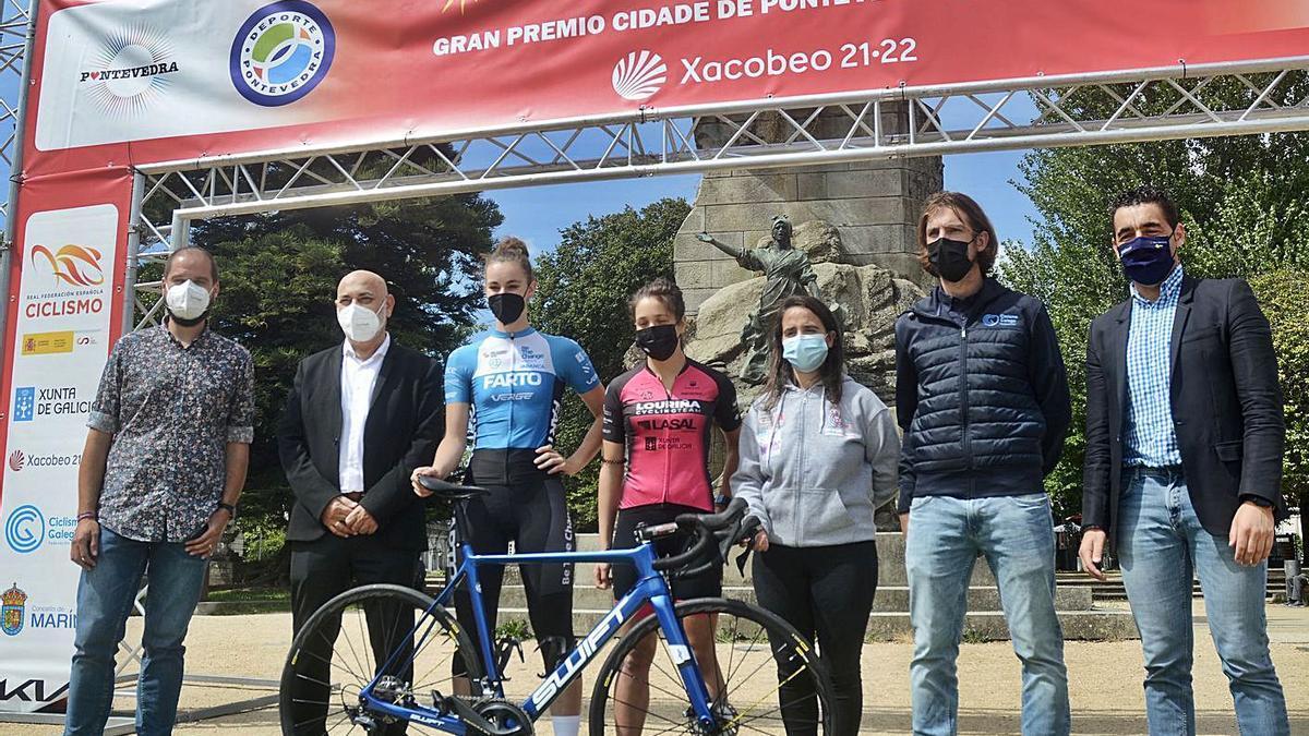 Las ciclistas del Farto Team en el acto de presentación de la carrera.    // RAFA VÁZQUEZ