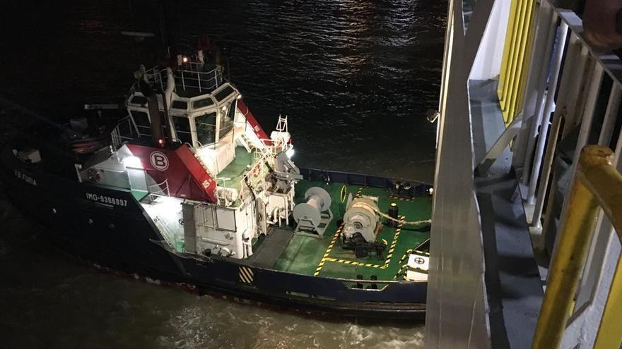 El fuerte viento dificulta el atraque del ferry de Trasmediterránea de Palma a Valencia