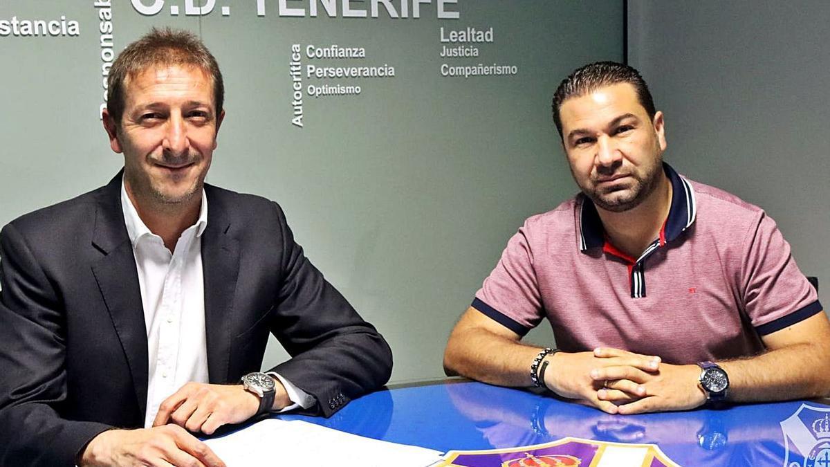Ramis y Cordero, en el momento de la firma del contrato.