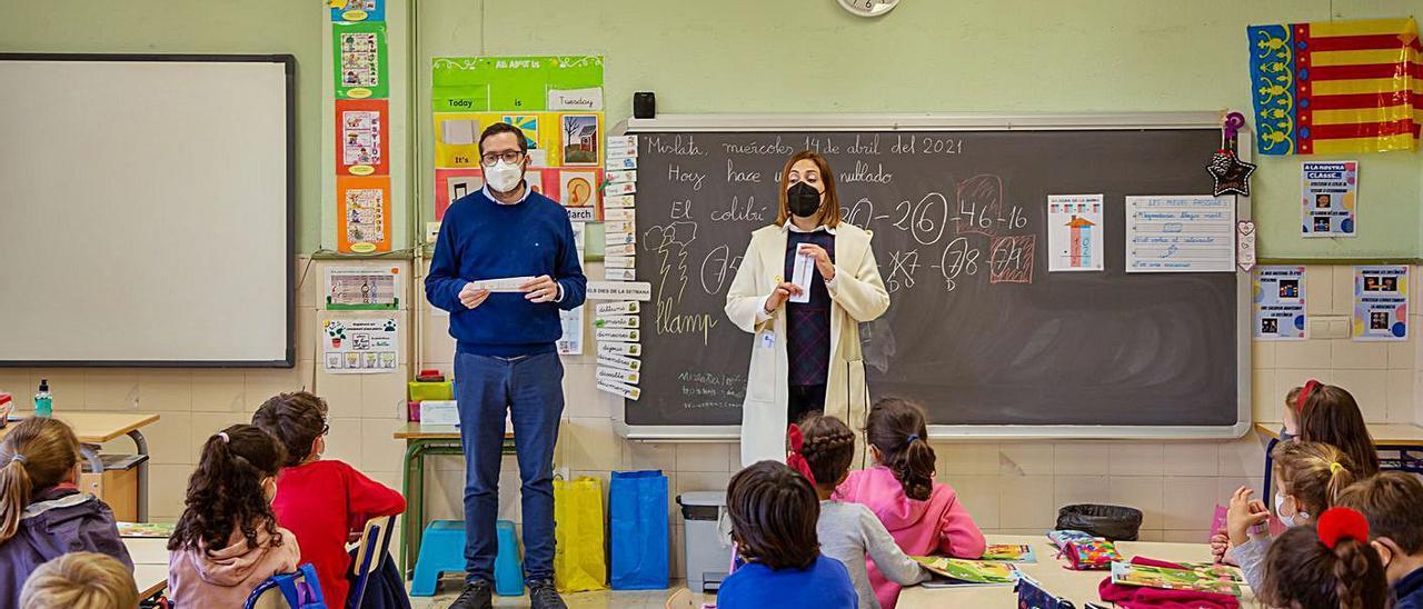 La regidora Mercedes Gallego muestra el 'Lápiz con mucha vida'. | A.M.
