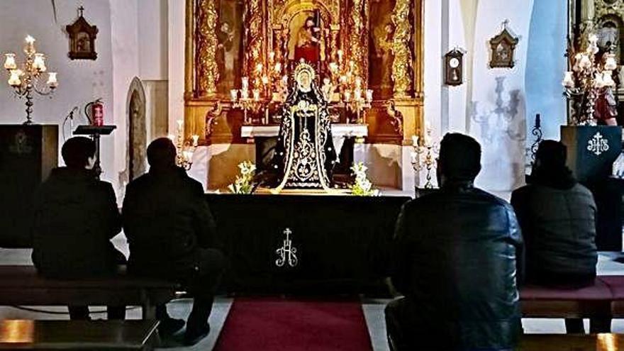 El besamanos de la Virgen de la Soledad reúne a sus fieles devotos en Santa Catalina