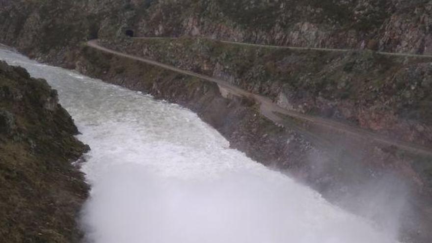 Ricobayo desembalsa 700.000 litros por segundo