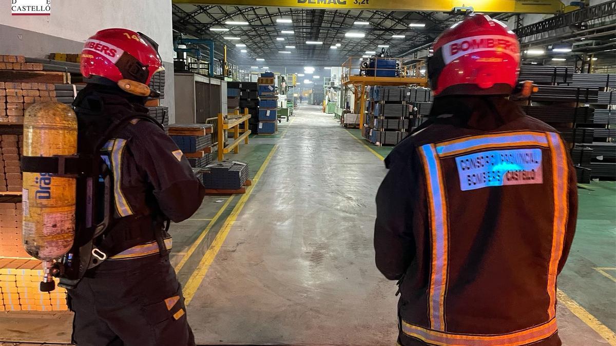 Imagen de los bomberos en el interior de la empresa.