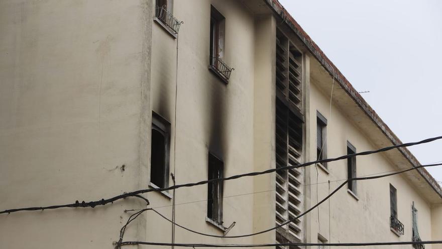 Un hombre muere y un niño de 8 años salta al vacío en el incendio de su piso en Valencia
