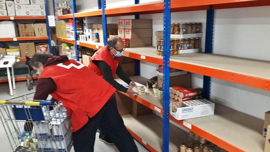 """Voluntarios """"todoterreno"""" de Cruz Roja reparten más de 2.000 kilos alimentos en Benavente"""