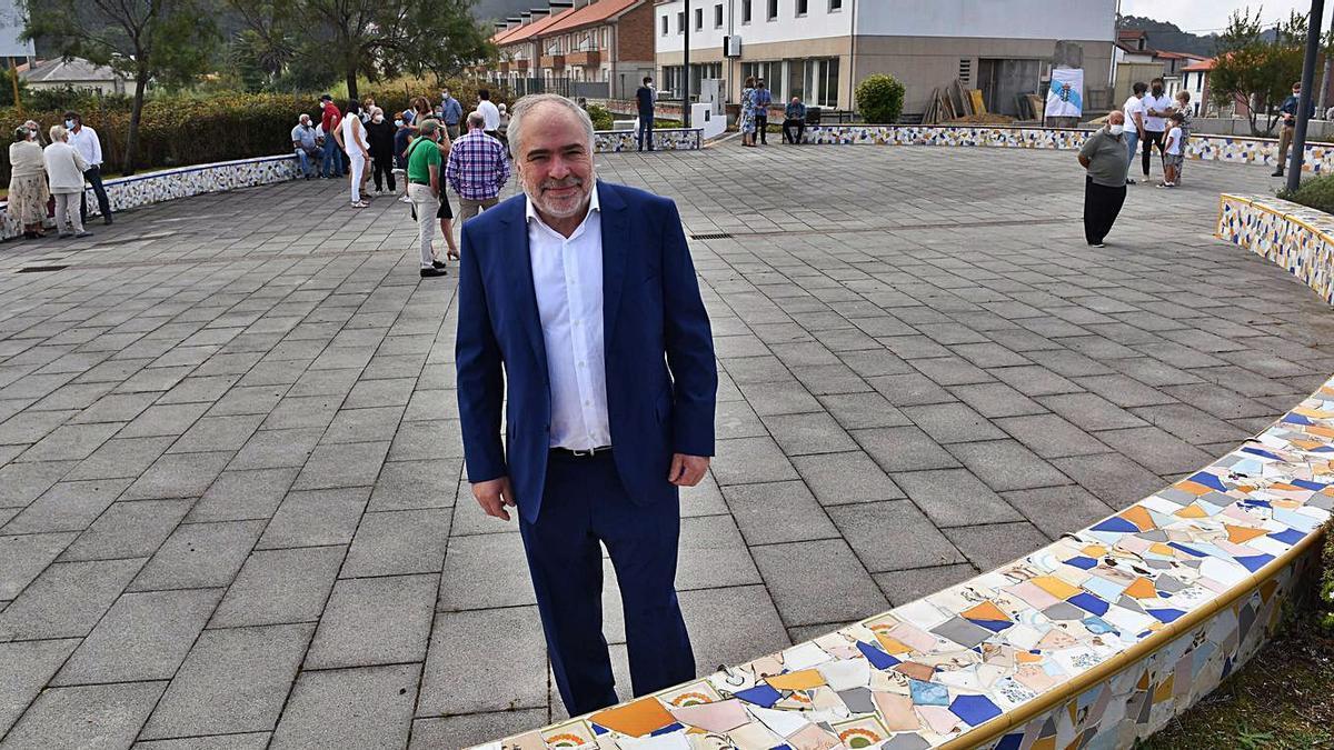 Siso, ayer, en la plaza que el Concello le dedica en Maianca, antes de la inauguración.     // VÍCTOR ECHAVE