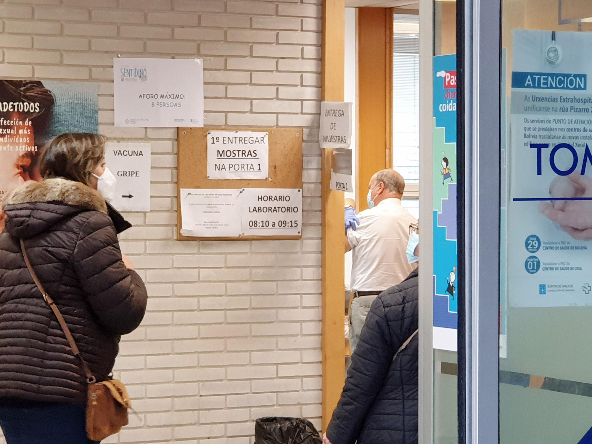 Pacientes en el ambulatorio de Pintor Colmeiro a la espera de ser vacunados.