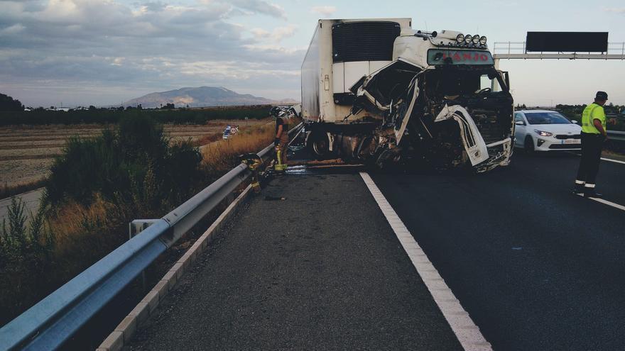 Un fallecido en un accidente entre dos camiones en Totana