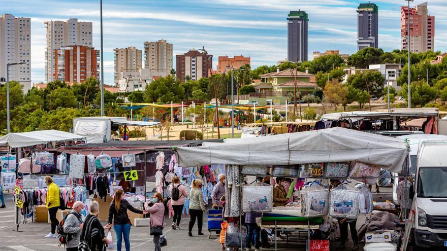 Crece el público en el mercadillo de Benidorm por el regreso de los puestos de ropa y calzado