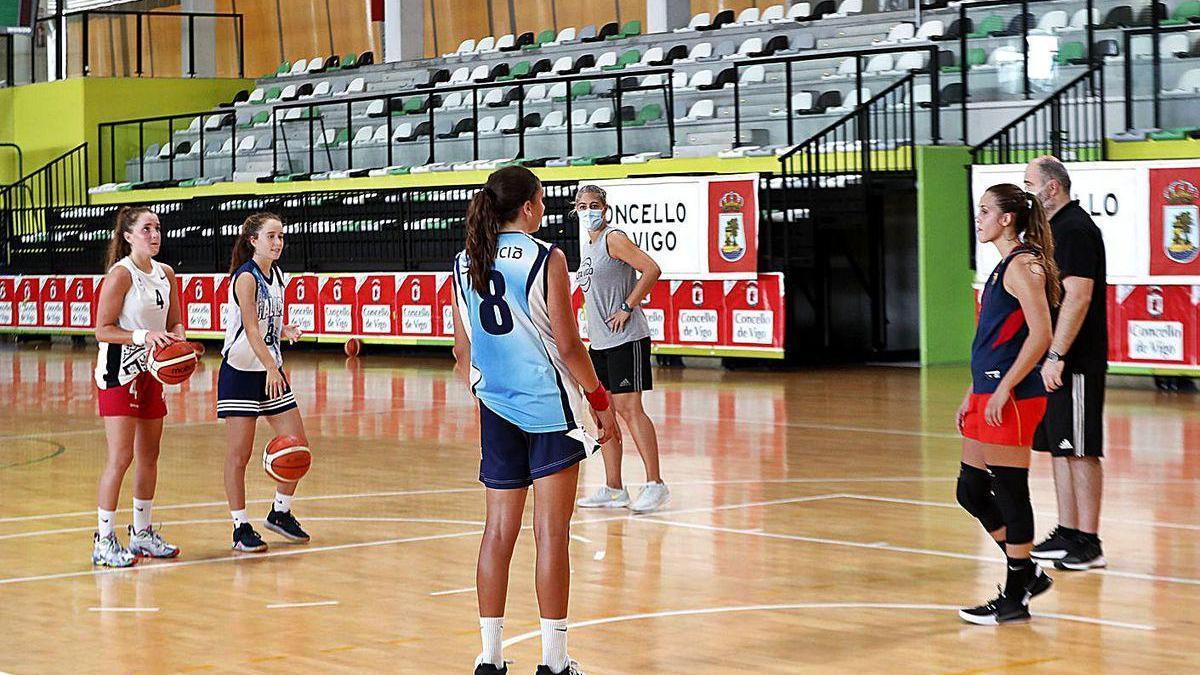 Cristina Cantero da instrucciones a las jugadoras, en el entrenamiento de ayer en Navia.