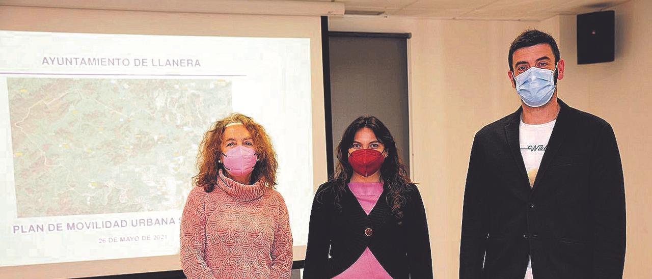 Por la izquierda, Esperanza Hernández y Rosa Cubero, de la empresa Doymo, que ha elaborado el documento del plan de movilidad, junto al edil de Desarrollo Sostenible, David Mon, en la presentación.