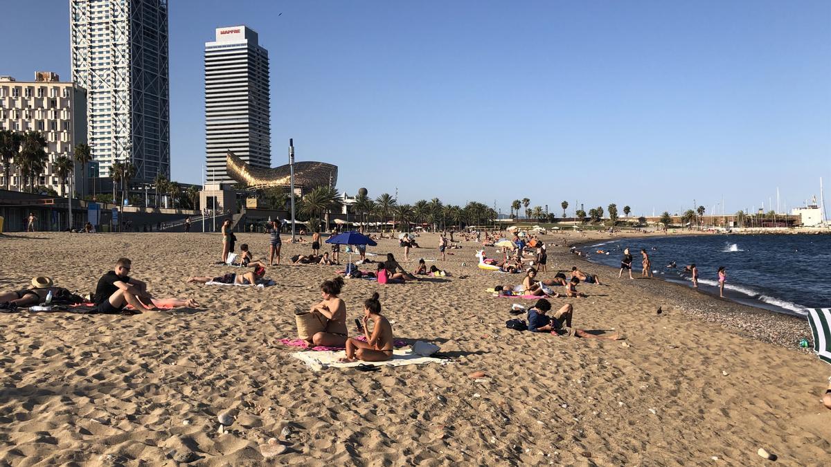 Archivo - Playa Somorrostro de Barcelona en una imagen de archivo