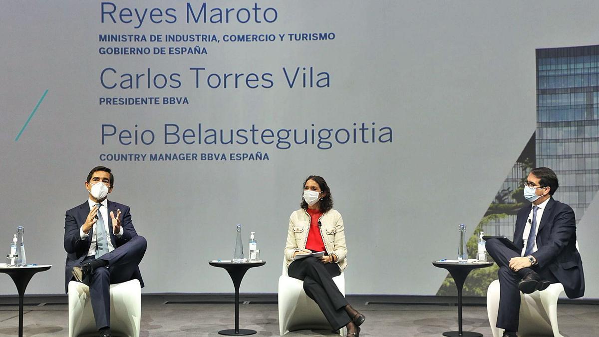 La ministra de Turismo analiza el plan de recuperación con el BBVA y empresarios canarios