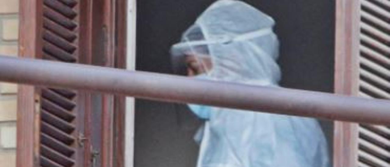 Un sanitario enfundado en el EPI, en una residencia de La Vila intervenida por Sanidad.  | DAVID REVENGA