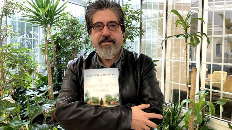 El autor, con su libro.