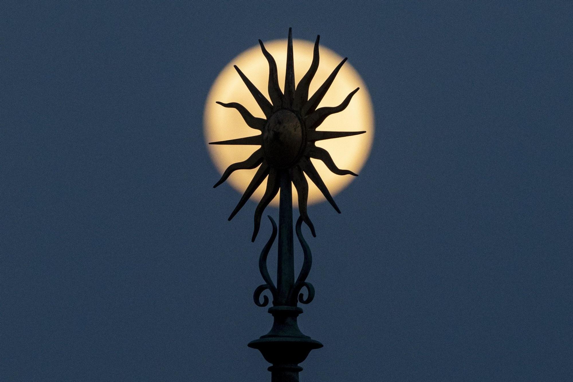 Super Pink Moon over (109390062).jpg