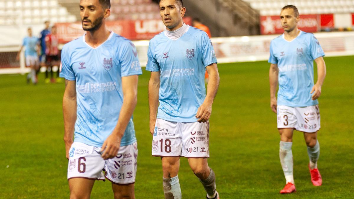 Jugadores del Pontevedra retirándose tras un partido a domicilio.