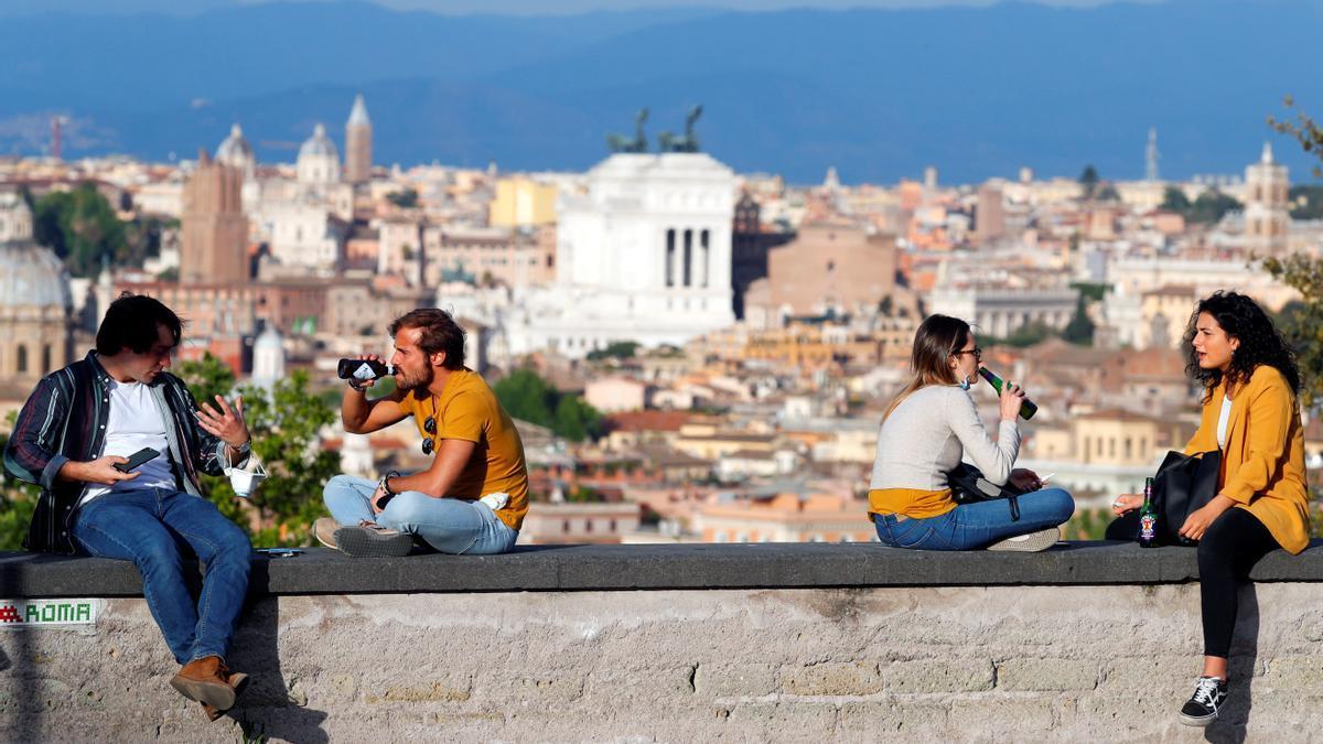 Jóvenes en un mirador de Roma.