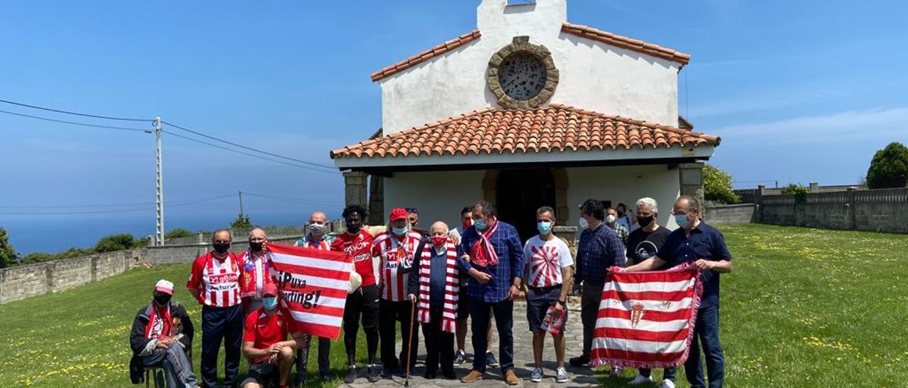 Aficionados sportinguistas junto a la capilla de La Providencia